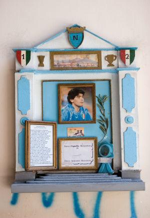 Jalkapalloilija Diego Maradonalle tehty alttari, joka sijaitsee Napolissa.