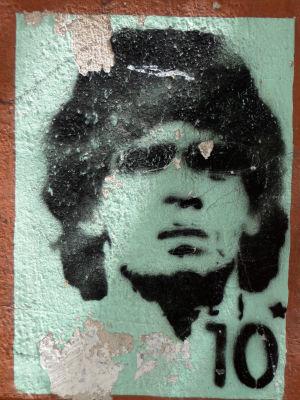 Graffiti jalkapalloilija Diego Maradonasta.