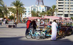 Perheet viettävät aikaa yhdessä Riadin keskustan tuntumassa.