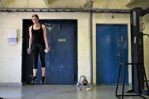 Jenni Saarinen tränar i gym.