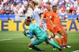 Hollands målvakt Sari van Veenendaal fångar bollen i famnen