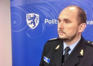 Polischefen Egert Belitšev ser bestämd ut och kommer inte att svara på politiska frågor.