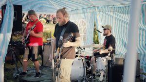 Ett band spelar inne i ett tält