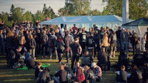 En grupp står och tittar på ett band