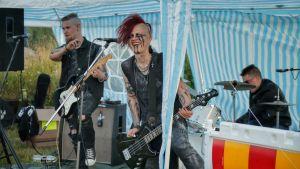 Ett band spelar i ett tält