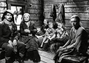 """Kotimainen elokuva """"Ryysyrannan Jooseppi"""". Näyttelijät Ari Laine (roolinimi PahkaPekka), Senni Nieminen (Ryysyrannan Retriika-ämmä), Hilkka Helinä (roolinimi Kaisa-Reeta Kenkkunen, Joosepin vaimo) sekä Kenkkusten lapset."""