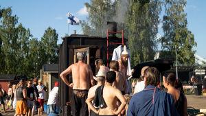 Ihmisiä jonottamassa saunaan