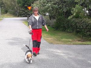 Maria Louko på promenad hemma i Gamla Vasa med hunden Wilma.