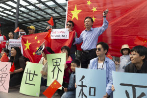 Kiinalaisten vastamielenosoitus Hong Kongin tukimielenosoituksessa