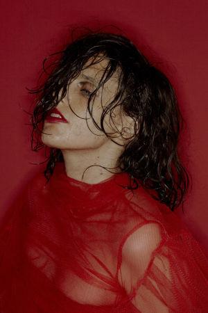 Brittiläinen laulaja-lauluntekijä-kitaristi Anna Calvi poseeraa.