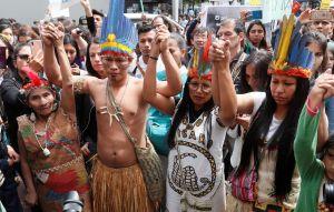 Ursprungsbefolking i Colombia protesterar utanför Brasiliens ambassad i Bogotá.