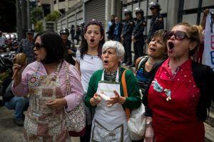 Demonstranter i Caracas, Venezuela utanför Brasilianska ambassaden.
