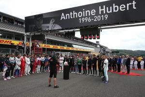 F1-förare står i en ring och håller en tyst minut.