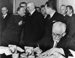Ulkoministeri Carl Enckell allekirjoittaa sotakorvaussopimuksen.