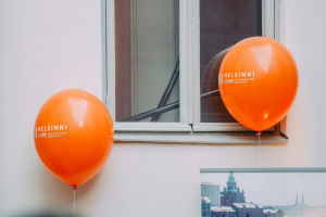 Two orange PBI 2019 ballons in front of a window.
