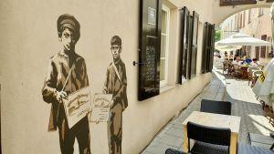 I Vilnius Gamla stad uppmärksammas de gamla gettokvarteren där judarna låstes in innan de avrättades i dag med väggmålningar som ska påminna oss om stadens judiska historia.