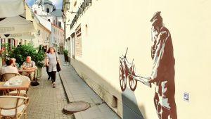 I Vilnius Gamla stad uppmärksammas det ena gettot där judarna låstes in innan de avrättades i dag med väggmålningar som ska påminna oss om stadens judiska historia.