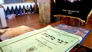 En helig skrift i den judiska Korallsynagogan i Vilnius