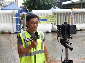 Journalist framför en kamera.