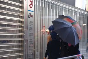 Demonstranter med paraplyer.