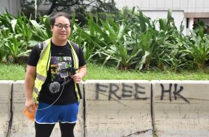 Journalist fram en graffitivägg.