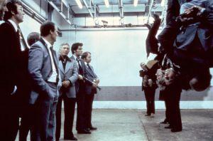 Gangsterit kuulustelevat kilpailijoitaan teurastamon kylmiössä elokuvassa Pitkä pitkäperjantai