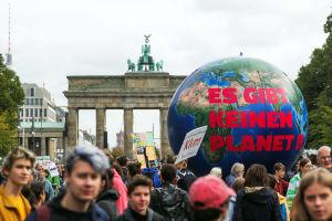 """En jordglob med texten """"Det finns ingen Planet B"""" i Berlin."""