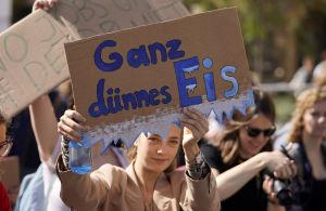 """""""Ganska tunn is"""" kan man läsa på skylten som en flicka håller i Stuttgart."""