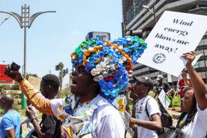 Kenyansk miljöaktivist i Nairobi, i en huvudbonad gjord av plastskräp.