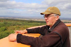 Manfred Grossman, en äldre man, blickar ut över skogar i Hainich.