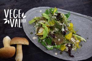 vegetarisk måltid på grått fat med en vattenstämpel.