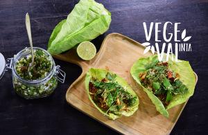 Vegetariska tacos fotade på serveringsbricka i trä.
