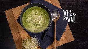 Vegetarisk grön maträtt fotad uppifrån.