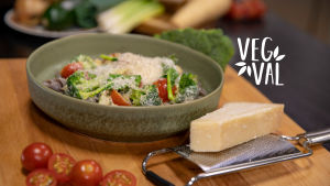 Vegetarisk bönpasta fotad med kort skärpedjup.