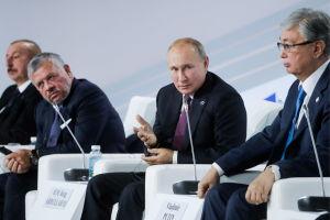 Från höger Kazakstans president Kasym-Zjomart Tokajev, Rysslands president Vladimir Putin, Abdullah II av Jordanien samt president Azerbajdzjans Ilham Aliev vid en paneldebatt. Männen sitter i vita stolar.