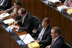 Fyra sannfinländska ledamöter under budgetdebatten: från vänster Arja Juvonen, partiets ordförande Jussi Halla-aho, Ville Tavio och Jani Mäkelä.