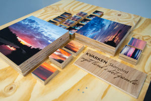 Naturfotografier på ett bord