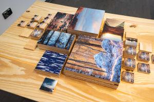 Naturfotografier på ett bord.