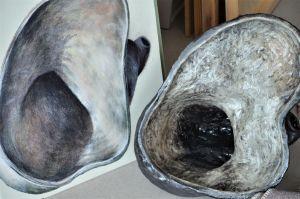 en målning och ett keramikföremål i runda former och grå färgskala