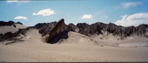 Atacaman autiomaassa hiekkaa ja teräviä kallioita