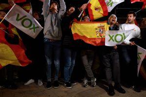 Ytterhögerpartiet Vox anhängare firar med flaggor.
