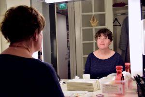 DuvTeaterns skådespelare Yvonne Heins speglar sig innan repetitioner.