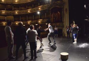 """Niklas Åkerfelt och Roy Eriksson dansar i på scen under repetitioner av """"I det stora landskapet""""."""
