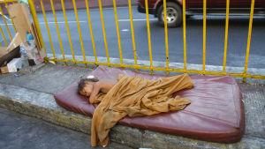 Manilan Quiapossa tuhannet lapset elävät kaduilla alttiina vaaroille. Filippiineillä on UNICEFin mukaan pari miljoonaa hylättyä tai hyljeksittyä lasta. Köyhillä vanhemmilla ei riitä voimat eivätkä varat huolehtimaan heistä.