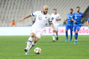 Teemu Pukki med bollen mot Grekland.