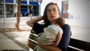 Txell bonet 3 viikon ikäinen lapsi sylissään.