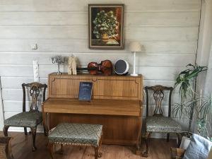 Viulu pianon päälllä.