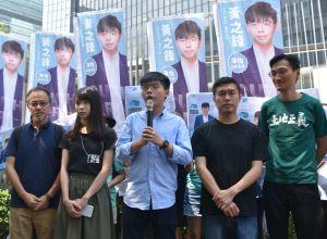 Lokalpolitiker håller tal i Hongkong.
