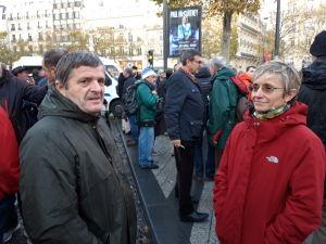 Franska jordbrukare står i folkmassan.