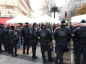 Poliser på rad i Paris.